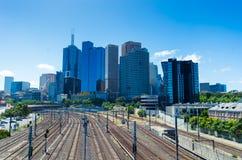 Orizzonte di Melbourne sopra le strade ferrate Immagine Stock Libera da Diritti