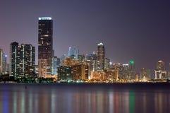 Orizzonte di Miami Bayfront alla notte fotografie stock
