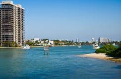Orizzonte di Miami con la baia di Biscayne immagine stock libera da diritti