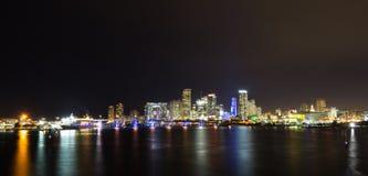 Orizzonte di Miami di notte immagini stock