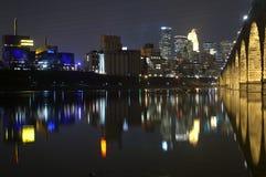 Orizzonte di Minneapolis alla notte Fotografie Stock Libere da Diritti