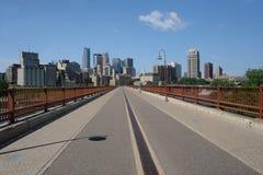 Orizzonte di Minneapolis da Bridg Fotografia Stock