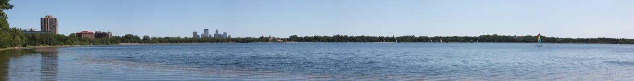 Orizzonte di Minneapolis dal lago Calhoun Fotografia Stock Libera da Diritti