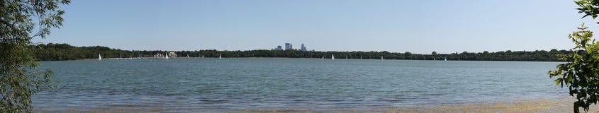 Orizzonte di Minneapolis dal lago Harriet Immagine Stock