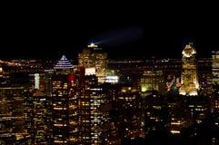 Orizzonte di Montreal alla notte in Quebec fotografie stock