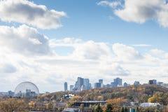 Orizzonte di Montreal, con le costruzioni iconiche dei grattacieli di affari di CBD e della biosfera veduti dal parco di Jean Dra fotografie stock libere da diritti