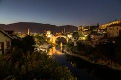 Orizzonte di Mostar alla notte immagini stock libere da diritti