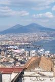 Orizzonte di Napoli con Vesuvio Immagini Stock