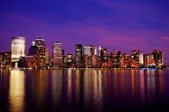 Orizzonte di New York alla notte Fotografie Stock Libere da Diritti