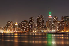 Orizzonte di New York City agli indicatori luminosi di notte Immagine Stock