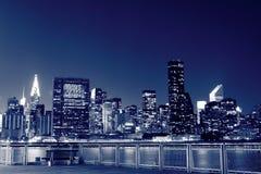 Orizzonte di New York City agli indicatori luminosi di notte Fotografia Stock Libera da Diritti