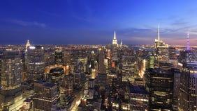 Orizzonte di New York City al crepuscolo Immagine Stock