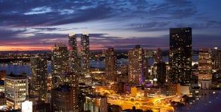Orizzonte di New York City al tramonto Fotografie Stock Libere da Diritti