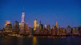 Orizzonte di New York City alla notte video d archivio