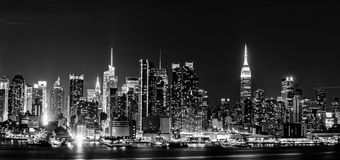 Orizzonte di New York City alla notte fotografie stock