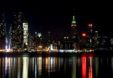 Orizzonte di New York City, alla notte fotografia stock libera da diritti