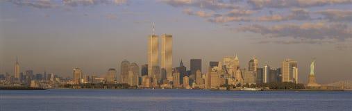 Orizzonte di New York City con le torrette di commercio mondiale immagini stock