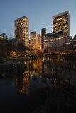 Orizzonte di New York City dallo stagno Fotografie Stock Libere da Diritti