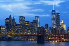 Orizzonte di New York con il ponte di Brooklyn alla notte immagini stock