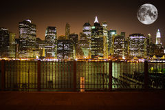 Orizzonte di New York con la luna Fotografia Stock Libera da Diritti