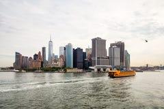Orizzonte di New York con Staten Island Ferry Fotografia Stock