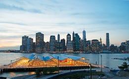 Orizzonte di New York visto dalla passeggiata di Brooklyn Heights dopo il tramonto, luci Fotografia Stock