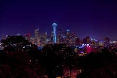 Orizzonte di notte della città di Seattle Immagine Stock