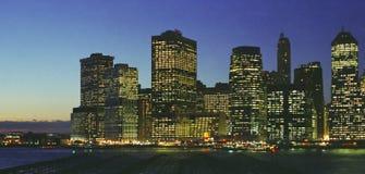 Orizzonte di notte di New York East River del Lower Manhattan fotografia stock libera da diritti
