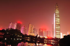 Orizzonte di notte nella città di Shenzhen fotografia stock libera da diritti