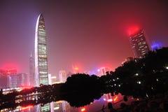 Orizzonte di notte nella città di Shenzhen immagine stock