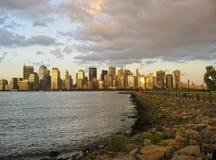 Orizzonte di NYC con Hudson e la sosta di condizione di libertà Fotografie Stock Libere da Diritti