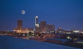 Orizzonte di Oklahoma City alla notte fotografie stock libere da diritti
