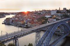 Orizzonte di Oporto e fiume del Duero al tramonto con il ponte di Dom Luis I sulla priorità alta Fotografia Stock Libera da Diritti