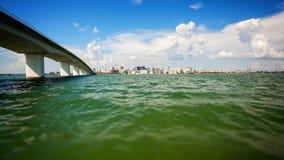 Orizzonte di paesaggio urbano di Sarasota, Florida attraverso la baia di Sarasota Fotografia Stock