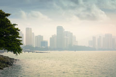 Orizzonte di Penang, Malesia dall'altro lato dell'acqua Immagini Stock Libere da Diritti