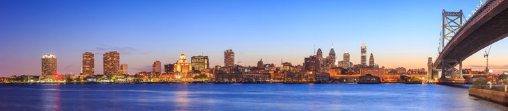 Orizzonte di Philadelphia al tramonto Immagini Stock Libere da Diritti