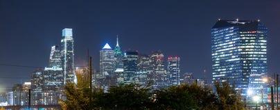 Orizzonte di Philadelphia alla notte fotografia stock libera da diritti