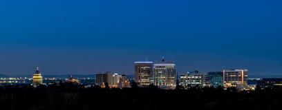 Orizzonte di piccola città di Boise Idaho alla notte con le luci o immagine stock