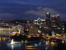 Orizzonte di Pittsburgh al crepuscolo fotografie stock libere da diritti