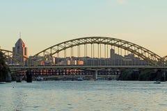 Orizzonte di Pittsburgh con il ponte Fotografia Stock
