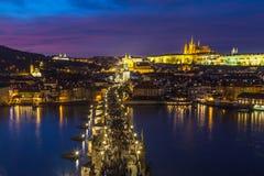 Orizzonte di Praga al crepuscolo fotografia stock libera da diritti