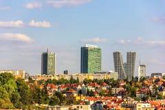 Orizzonte di Praga con i grattacieli e le costruzioni del oild immagine stock