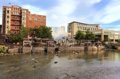 Orizzonte di Reno lungo il fiume Truckee, Nevada immagini stock