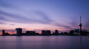 Orizzonte di Rotterdam con gli edifici per uffici Immagini Stock