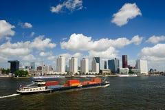 Orizzonte di Rotterdam e nave porta-container Immagini Stock
