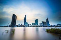 Orizzonte di Saigon con il fiume al tramonto, Vietnam Fotografia Stock