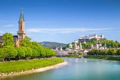 Orizzonte di Salisburgo con Festung Hohensalzburg di estate, Austria Fotografie Stock