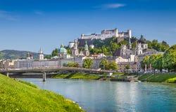 Orizzonte di Salisburgo con il fiume di Festung Hohensalzburg e di Salzach di estate Immagine Stock Libera da Diritti