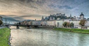 Orizzonte di Salisburgo con il fiume Salzach nella terra di Salzburger, Austria Fotografia Stock