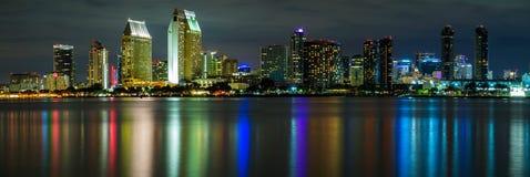 Orizzonte di San Diego alla notte fotografia stock